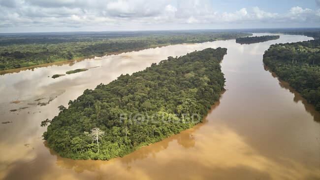 Camerún, Vista aérea del río Sanaga en el paisaje - foto de stock