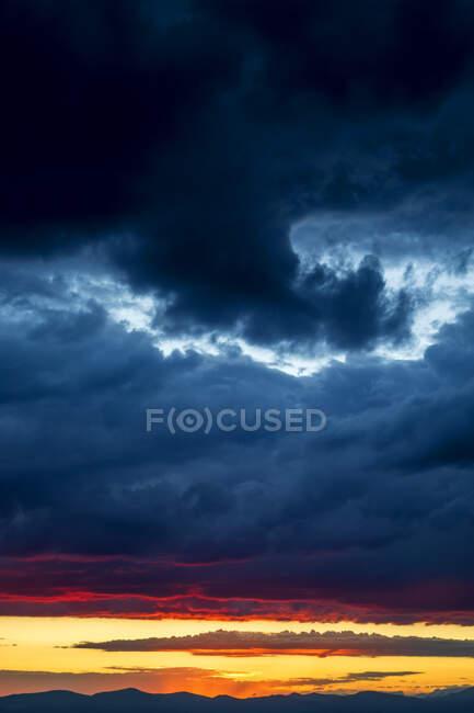Cielo nuvoloso drammatico durante il tramonto — Foto stock