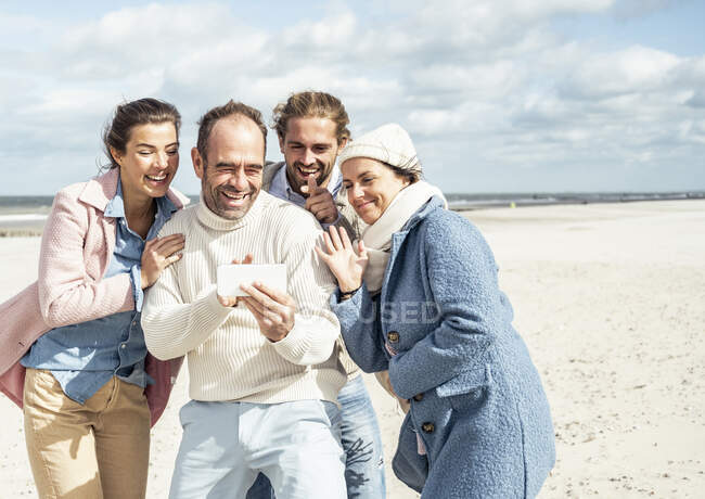 Group of friends taking selfie at beach — Stock Photo