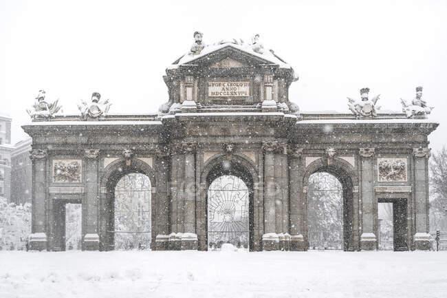 Facciata della Porta di Alcala durante la tempesta Filomena nel 2021 a Madrid, Spagna — Foto stock