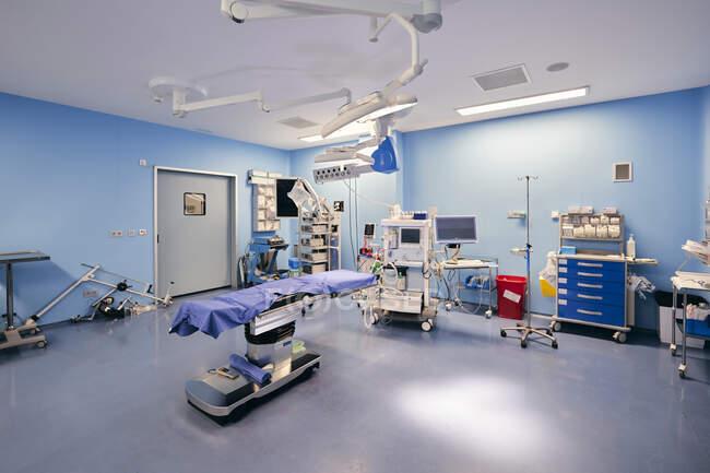 Medical equipment in operation room of hospital — Stockfoto