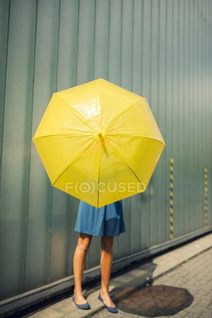 Жінка тримала парасольку на стежці в сонячний день. — стокове фото