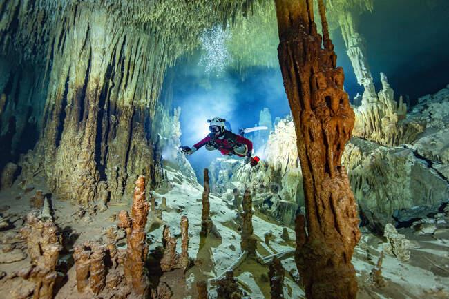 Male cave diver exploring in water, Cenote Zacil-Ha, Quintana Roo, Mexico — Stock Photo