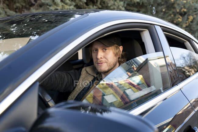 Машина, яку видно через вікно. — стокове фото