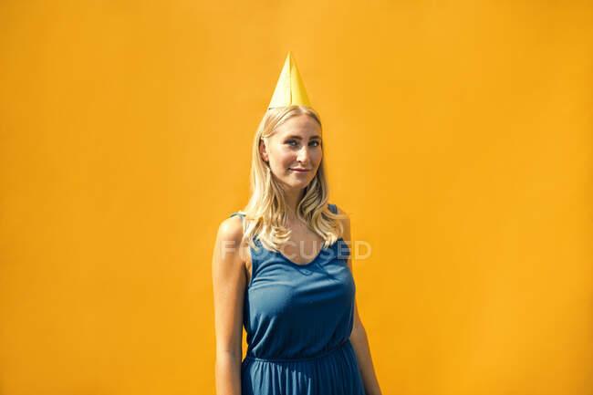 У сонячний день приваблива жінка носить капелюх на вечірці. — стокове фото
