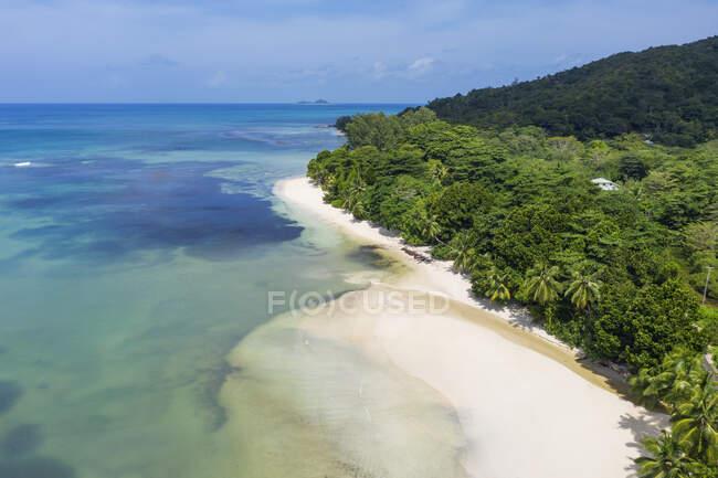 Seychelles, Isola di Praslin, Veduta aerea di Anse Lazio spiaggia sabbiosa con cristallino oceano turchese — Foto stock
