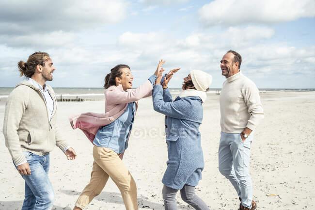 Grupo de amigos adultos que passam tempo na praia — Fotografia de Stock