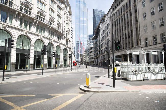 Reino Unido, Inglaterra, Londres, Rua vazia no meio da cidade — Fotografia de Stock