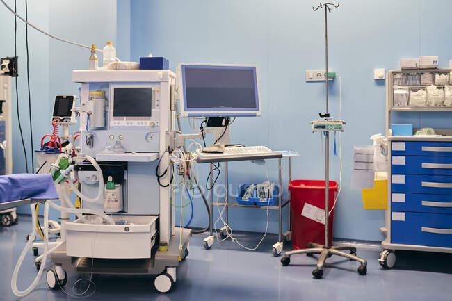Моніторинг машини в операційній палаті лікарні. — стокове фото