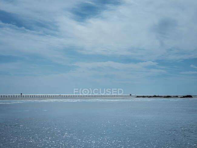 Cielo blu sul fiume Rodano con groyne sullo sfondo — Foto stock