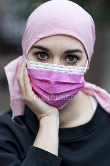 Paciente con cáncer femenino con mascarilla protectora durante COVID-19 - foto de stock