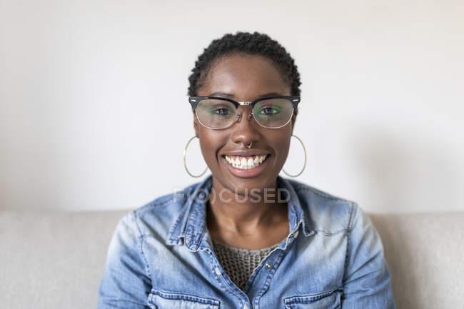 Портрет усміхненої жінки в окулярах. — стокове фото