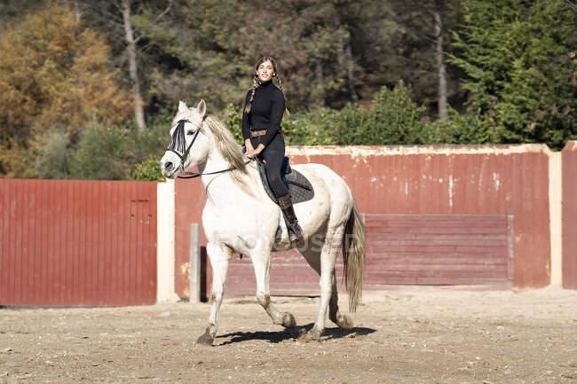 Retrato de mulher cavalgando em paddock — Fotografia de Stock