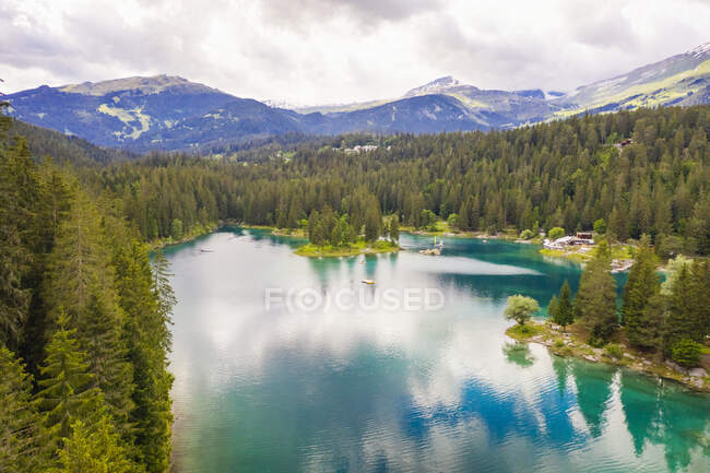 Suiza, Graubunden, Lago Cauma, Vista aérea del lago - foto de stock