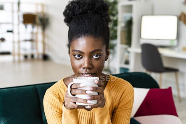 Довірлива африканка з чорним волоссям п