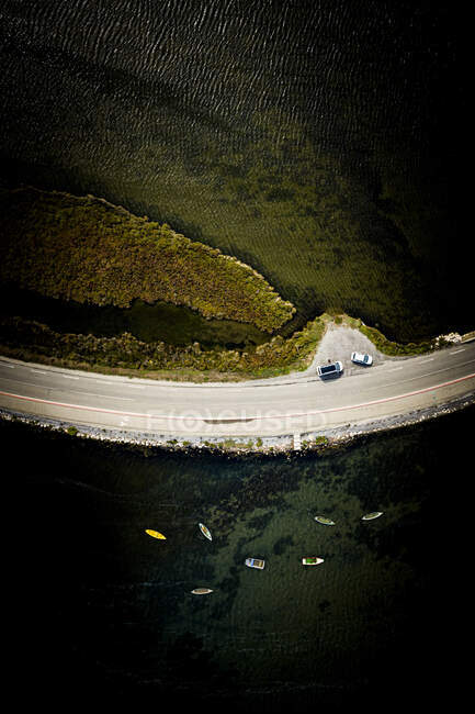 Повітряний вид шосе, що тягнеться вздовж берега річки Рон. — стокове фото