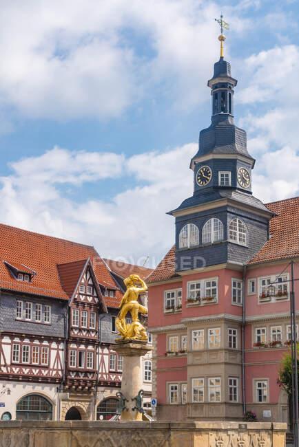 Fuente de San Jorge por iglesia en medio de casas históricas en la Plaza del Mercado en Eisenach, Alemania - foto de stock