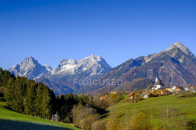 Austria, Upper Austria, Vorderstoder, Clear sky over village in Totes Gebirge range — Stock Photo