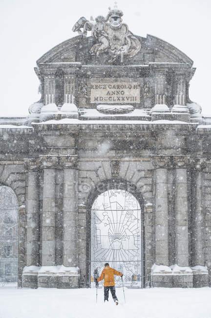 Porta Alcala durante le nevicate a Madrid, Spagna — Foto stock