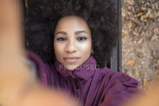 Африканська молода жінка, яка самовіддана — стокове фото