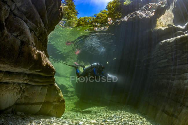 Man scuba diving in Taugl river, Austria — Stock Photo