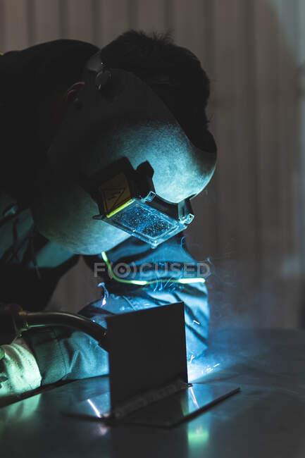 Soldadura profesional joven del soldador en taller — Stock Photo
