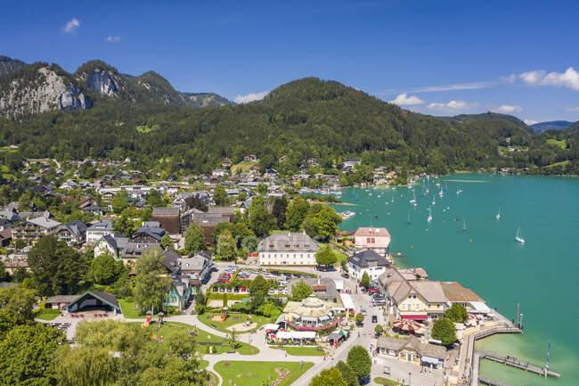 Austria, Salzburg, Sankt Gilgen, Aerial view of village on shore of Lake Wolfgang in summer — Stock Photo
