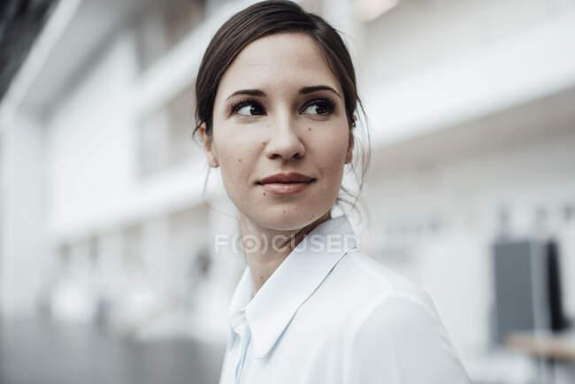 Elegante donna d'affari che guarda altrove — Foto stock