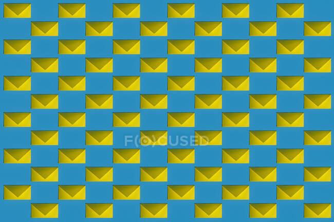 Patrón de filas de sobres amarillos - foto de stock