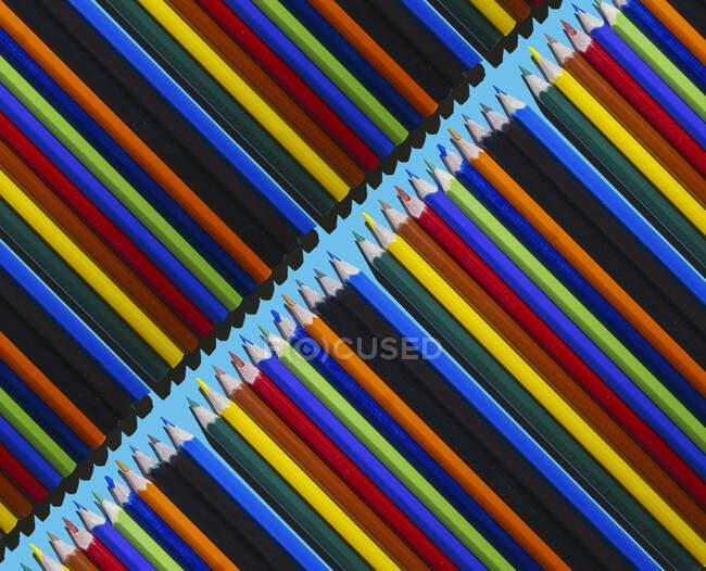 Patrón de filas de lápices de colores - foto de stock