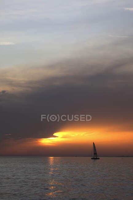 Splendido tramonto nel mare — Foto stock