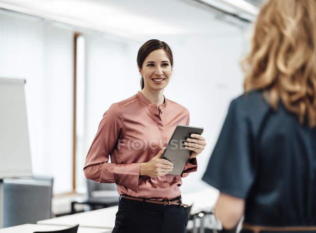 Безробітна жінка під час зустрічі з колегами по роботі. — стокове фото