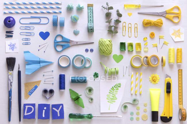 Різні інструменти для зашивання та монтаж. — стокове фото