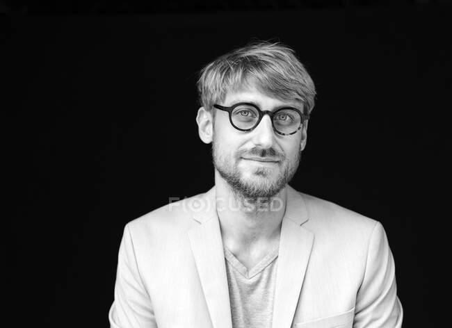 Чоловік у окулярах перед чорним фоном. — стокове фото