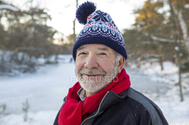 Senior man in warm clothing during winter — Stock Photo