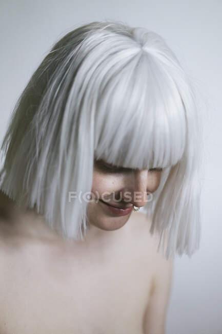 Mulher sem camisa com cabelo branco olhando para baixo — Fotografia de Stock