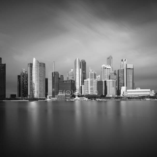 Сінгапур, тривалий вплив затоки Марина з хмарочосами на задньому плані — стокове фото