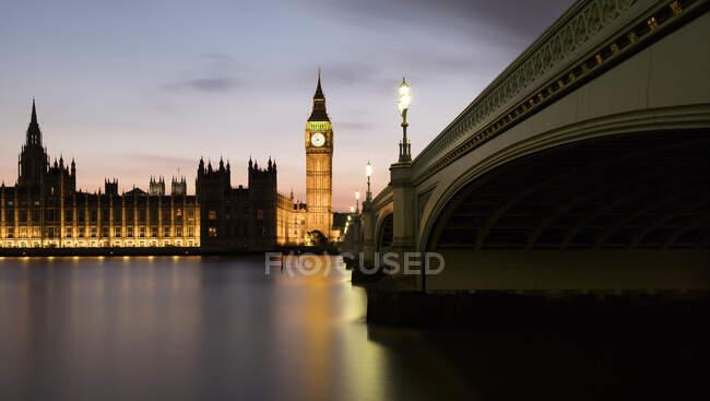 Reino Unido, Inglaterra, Londres, Panorama del Puente de Westminster y el río Támesis al atardecer con el Palacio de Westminster de fondo - foto de stock