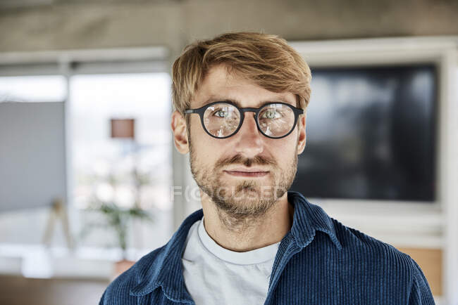 Білий чоловік у окулярах споглядає на горищі. — стокове фото
