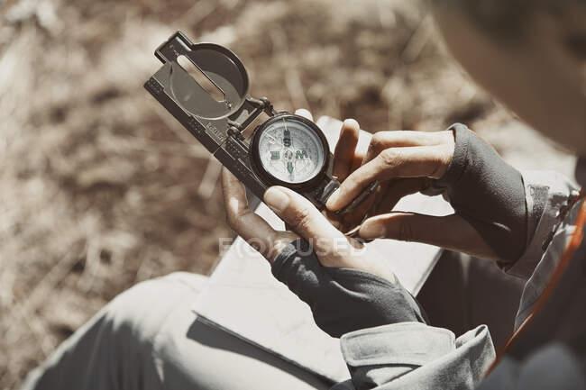Женщина, использующая компас в солнечный день — стоковое фото