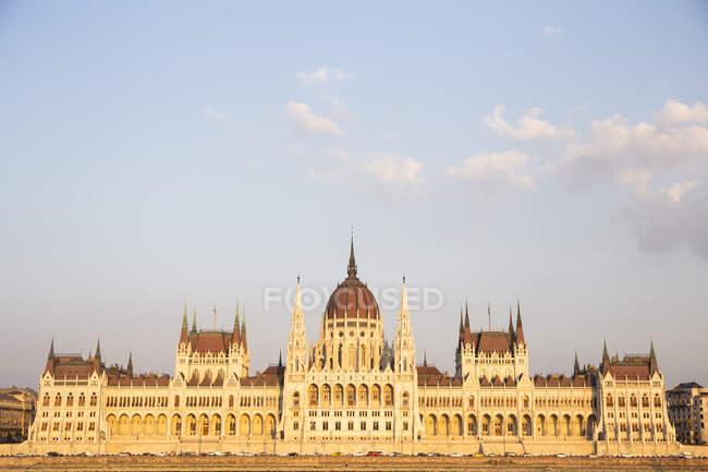 Parlamento húngaro al atardecer en Budapest, Hungría - foto de stock