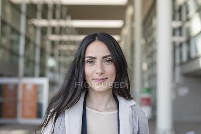Giovane imprenditrice sorridente — Foto stock