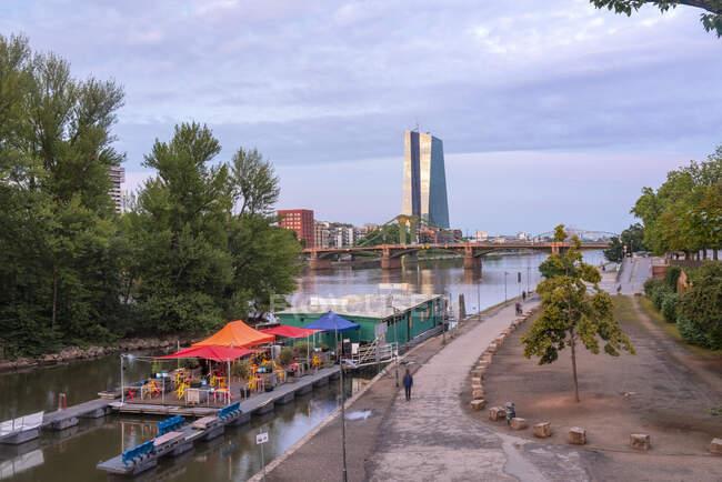 Alemania, Hesse, Frankfurt, Riverside restaurante con Ignatz-Bubis-Bridge y el Banco Central Europeo en segundo plano - foto de stock