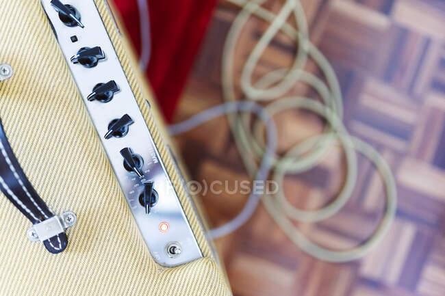 Apparecchiature audio con filo in studio — Foto stock