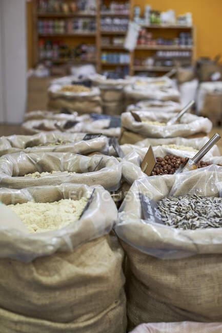 Comida ecológica en saco en la tienda - foto de stock