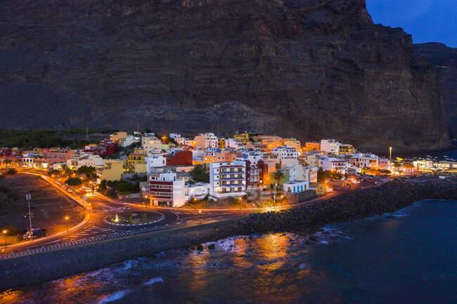 España, Valle Gran Rey, Vista del Drone de la ciudad al borde de la isla de La Gomera al atardecer - foto de stock