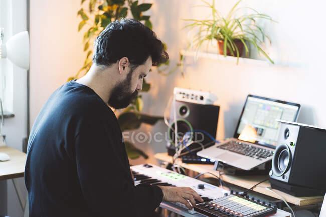 Männlicher Musikkomponist mit Klavier im Studio — Stockfoto