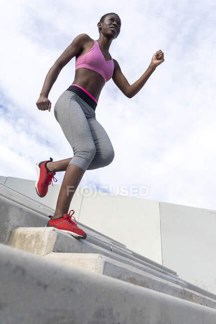 Спортсмен, бегущая по ступенькам — стоковое фото