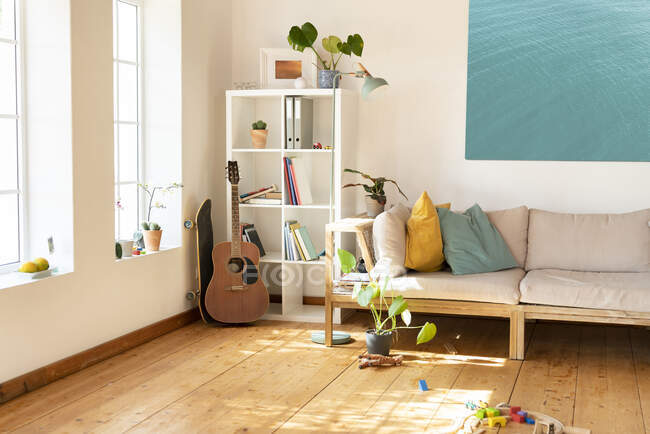 Солнечный свет, падающий в современной гостиной дома — стоковое фото