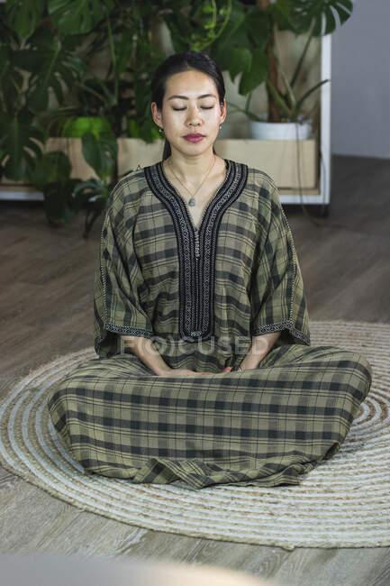 Деловая женщина медитирует, находясь в офисе — стоковое фото
